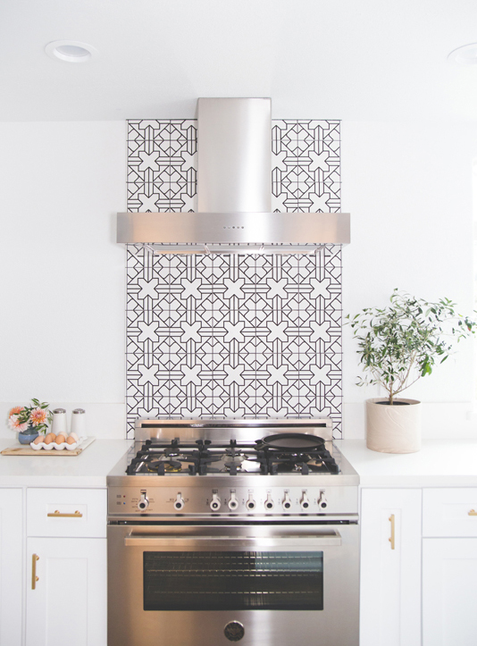 Monochrome tiled strip behind cooker